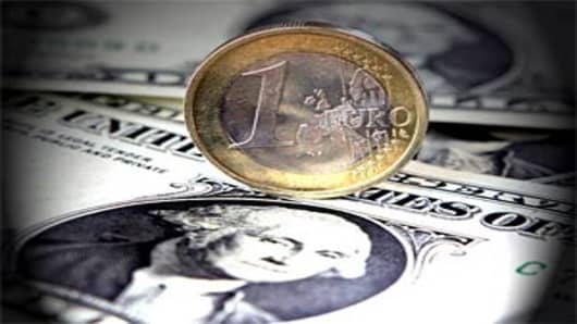 Dollar_Euro_photo_AP.jpg