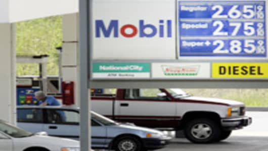 Patrons line up for fuel, Tuesday, May 30, 2006, in Cincinnati. Oil prices rose above $72 a barrel Tuesday ahead of an OPEC meeting in Venezuela and the start of the Atlantic hurricane season later this week. The Me