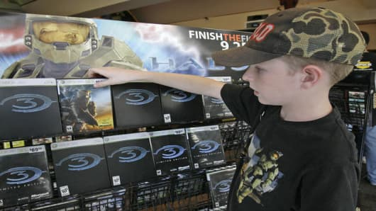 "Tristan Greenwood 12, looks at a display showing the box for Microsoft's latest game ""Halo 3"" at Universal Studios Citywalk in Los Angles on Monday, Sept 24, 2007. The new version of the most popular Microsoft Xbox 360 video game franchise,  goes on sale at midnight. (AP Photo/Nick Ut)"