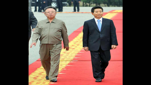 South Korean President Roh Moo-hyun, right, and North Korean leader Kim Jong Il, left, inspect honor guard at welcoming ceremony in Pyongyang, North Korea, Tuesday, Oct. 2, 2007. North Korean leader Kim Jong Il greeted South Korean President Roh Moo-hyun in Pyongyang on Tuesday to begin the second summit between the two countries since the peninsula's division after World War II. (AP Photo/ Korea Pool via Yonhap)