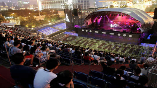 Concert goers cheer during the Live Earth concert Saturday, July 7, 2007 in Shanghai, China. Live Earth is staging shows around the world Saturday to draw attention to global warming. (AP Photo/Eugene Hoshiko)