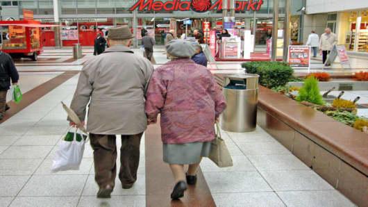 Ein aelteres Paar laeuft am Mittwoch, 17. Januar 2007 in einem Einkaufszentrum in Frankfurt auf einen Media-Markt zu. Gute Nachrichten fuer Verbraucher: Die Lebenshaltungskosten sind 2006 schwaecher gestiegen als im Jahr zuvor. Das Statistische Bundesamt bestaetigte am Mittwoch, 17. Januar 2007, erste Schaetzungen, wonach die Jahresteuerungsrate im vergangenen Jahr bei 1,7 Prozent lag.  (AP Photo/Michael Probst) --- An elderly couple is seen in a shopping mall in Frankfurt, central Germany, Wedn