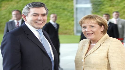 Bundeskanzlerin Angela Merkel, rechts, begruesst am Montag, 16. Juli 2007, vor dem Bundeskanzleramt in Berlin den Premierminister von Grossbritannien, Gordon Brown, links. (AP Photo/Michael Sohn) --- German Chancellor Angela Merkel, right, welcomes Britain's Prime Minister Gordon Brown, left, at the chancellery in Berlin, Monday, July 16, 2007. (AP Photo/Michael Sohn)