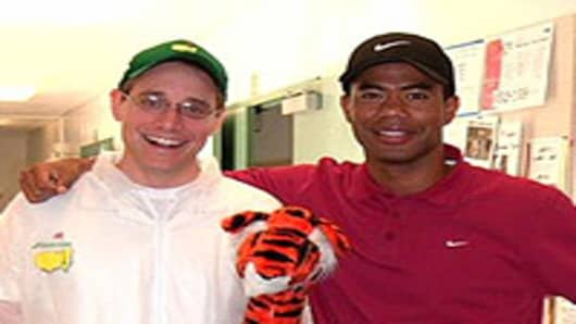 Tiger Woods impersonator Canh Oxelson (r) with a fan.