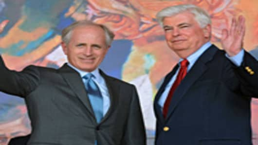 US Senators Bob Corker and Christopher Dodd.