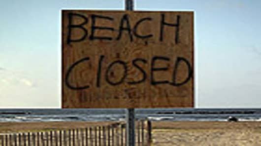 crisis_in_gulf_beachclosed_140.jpg