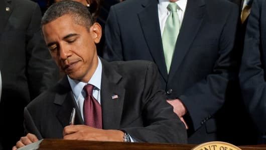 obama_signs_finreg_bill_072110_200.jpg