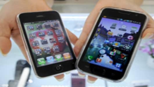 iphones_2_hands_200.jpg