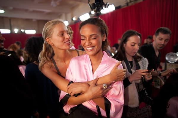 Karolina Kurkova and Selita Banks share a hug and reminisce.