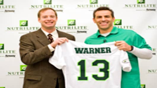 Phoenix, AZ - NFL and Super Bowl MVP Kurt Warner (right) poses with Mark Nelson (left), Director - North America Health and Wellness Marketing for Amway. Amway North America announced today that it has signed Warner to a multi-year endorsement agreement to represent NUTRILITE® exclusively from Amway – the world's leading brand of vitamin, mineral and dietary supplements.