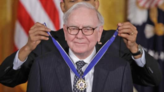 Warren Buffett receives the Presidential Medal of Honor from Barack Obama at a White House ceremony on February 15, 2011.