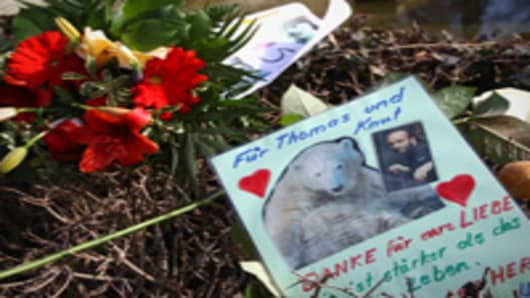 Visitors lay down flowers and condolence messages at Knut's enclosure at the Berlin Zoo on March 20, 2011 in Berlin, Germany.