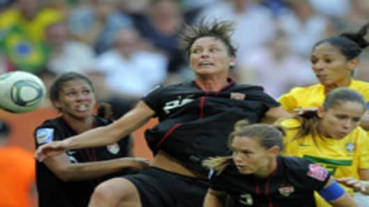 USA's striker Abby Wambach (C)