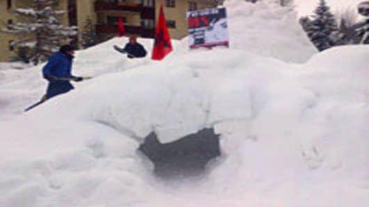 Igloo_Davos_protestors1-200.jpg