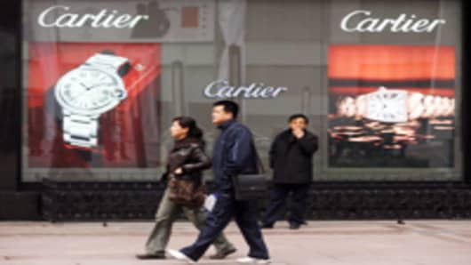 Chinese-shoppers-in-front-of-cartier_200.jpg