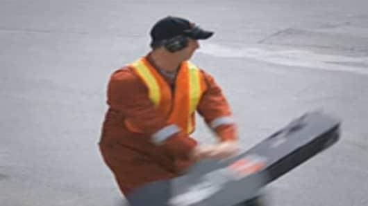 united-breaks-guitars-baggage-handler-200.jpg