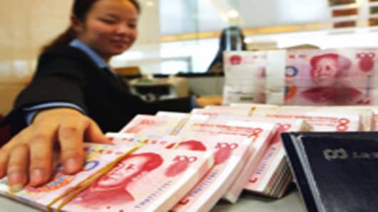 chinese-bank-teller-and-yuan-notes_200.jpg