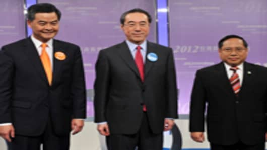 Hong Kong chief executive candidates Leung Chun-ying (L), Henry Tang (C) and Albert Ho (R) pose for a picture before a chief executive candidates forum in Hong Kong on March 16, 2012.