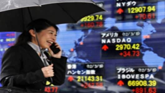 Japan-stock-board_woman-smiling_200.jpg