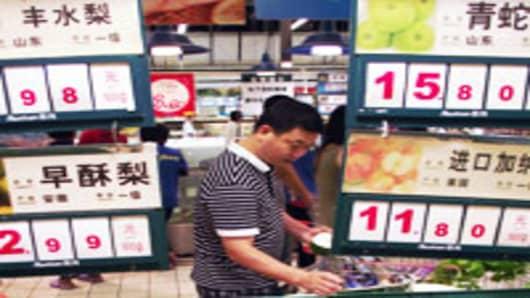 china-inflation---man-checking-fruit_200.jpg