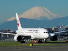 Japan-airlines-on-tarmac_200.jpg