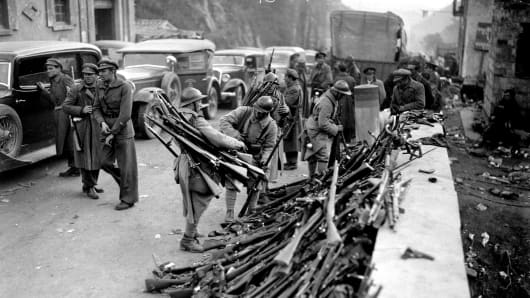 Spanish refugees at Perthus, Militiamen lay down their arms.