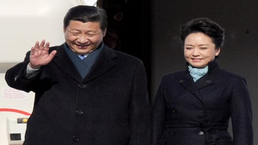 Chinese President Xi Jinping and his wife Peng Liyuan get off the plane at Vnukovo airport outside Moscow on Friday.