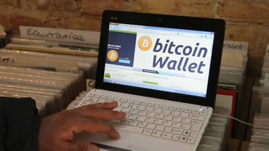 The bitcoin website is shown on the computer of the proprietor that accepts bitcoins for payment.