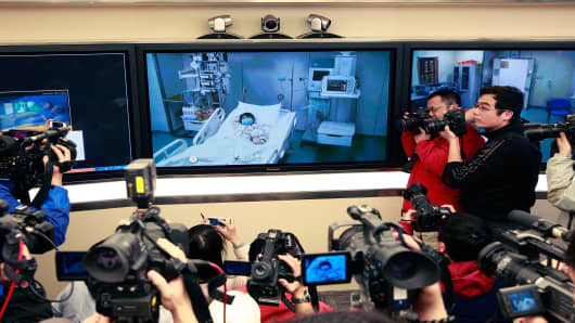A screen showing a seven-year-old girl, who has been infected with the H7N9 strain of bird flu, receiving medical treatment in the Beijing Ditan Hospital in Beijing on Saturday.