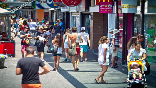 Shoppers in Bondi Beach in Sydney, Australia