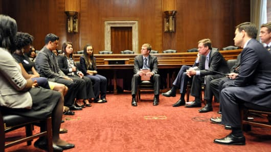 Sens. Mark Warner (D-Vir.), Ron Wyden (D-Ore.) and Marco Rubio (R-Fla.) with students at a Know Before You Go roundtable