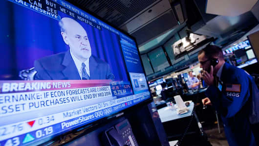 Traders work on the floor of the New York Stock Exchange (NYSE) as Ben S. Bernanke, chairman of the U.S. Federal Reserve, speaks on television in New York, U.S., on Wednesday, June 19, 2013.