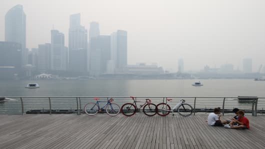 Singapore city skyline filled with smog. The Pollution Standard Index (PSI) hit a record high of 400 on Friday, in the hazardous range.
