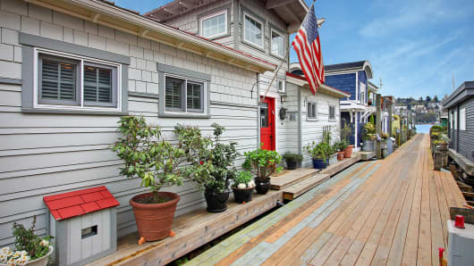 "Listed at more than $1 million, this 1,100 square-foot house boat in Seattle beat out the competition because it's ""almost irreplaceable,"" real-estate maven (and judge) Dolly Lenz said."
