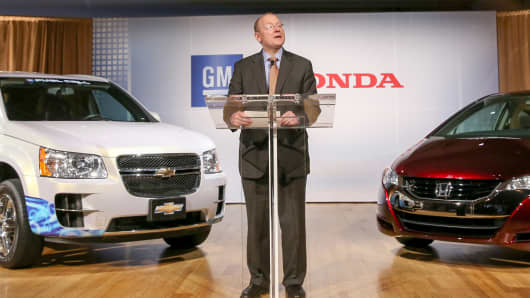 GM Vice Chairman Steve Girsky announces an agreement with Honda to co-develop next-generation fuel-cell system and hydrogen storage technologies.