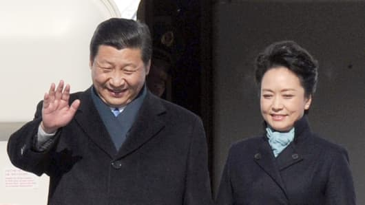 Chinese President Xi Jinping and his wife Peng Liyuan get off the plane at Vnukovo airport outside Moscow on March 22, 2013.
