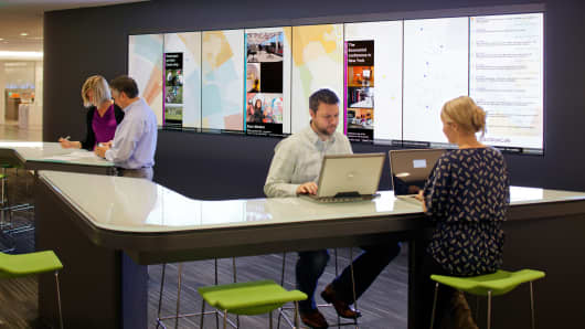 The Steelcase WorkCafé is a blend of workplace, coffee shop, dining area and social hub. A global information wall keeps employees connected to events around the world.