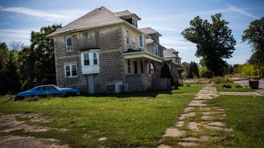 An abandoned home and car are seen on September 5, 2013 in Detroit, Michigan. Detroit is struggling with over 78,000 abandoned homes across 140 square miles and 16% unemployment; in July, the city declared bankruptcy.