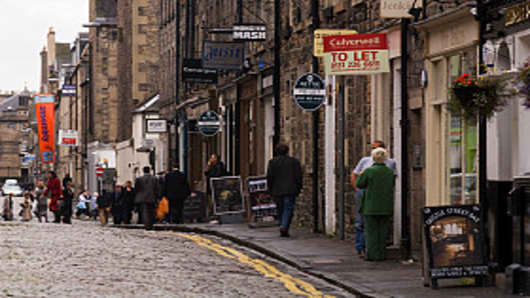 Shoppers on Thistle Street in Edinburgh, Scotland