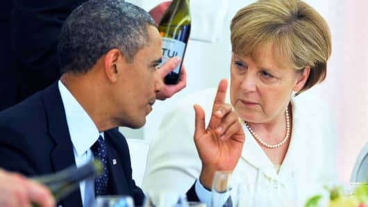 German Chancellor Angela Merkel (R) chats with US President Barack Obama during the state dinner in Berlin on June 19, 2013.