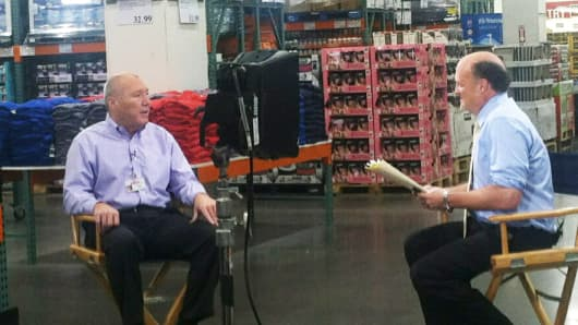 Costco CEO Craig Jelinek (left) and Jim Cramer at a store