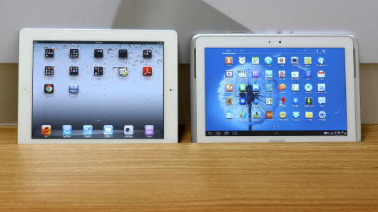 An Apple Inc.iPad 2, left, and a Samsung Electronics Co. Galaxy Tab 10.1 tablet computer.