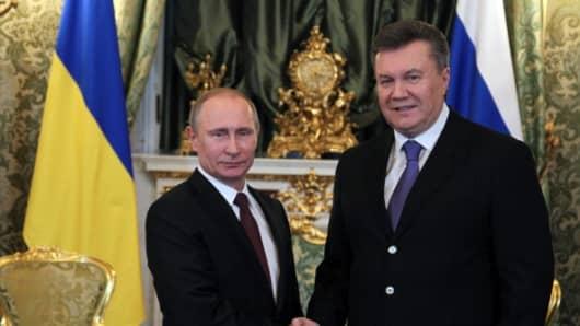 Vladimir Putin (L) and Viktor Yanukovy
