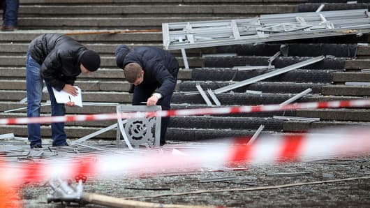Russian police investigators collect evidence following a suicide attack at a train station in the Volga River city of Volgograd, December 29, 2013.