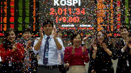 Employees celebrate the close of trading for the year at the Korea Exchange (KRX) on Monday, Dec. 30, 2013.