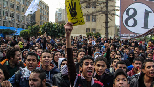 Egyptian pro-democracy university students stage anti-coup protest rally near Alexandria University in Alexandria, Dec 18, 2013.