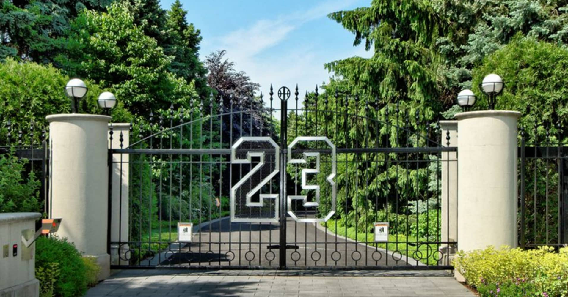 Michael jordan can 39 t unload his mansion for Michael jordan real estate