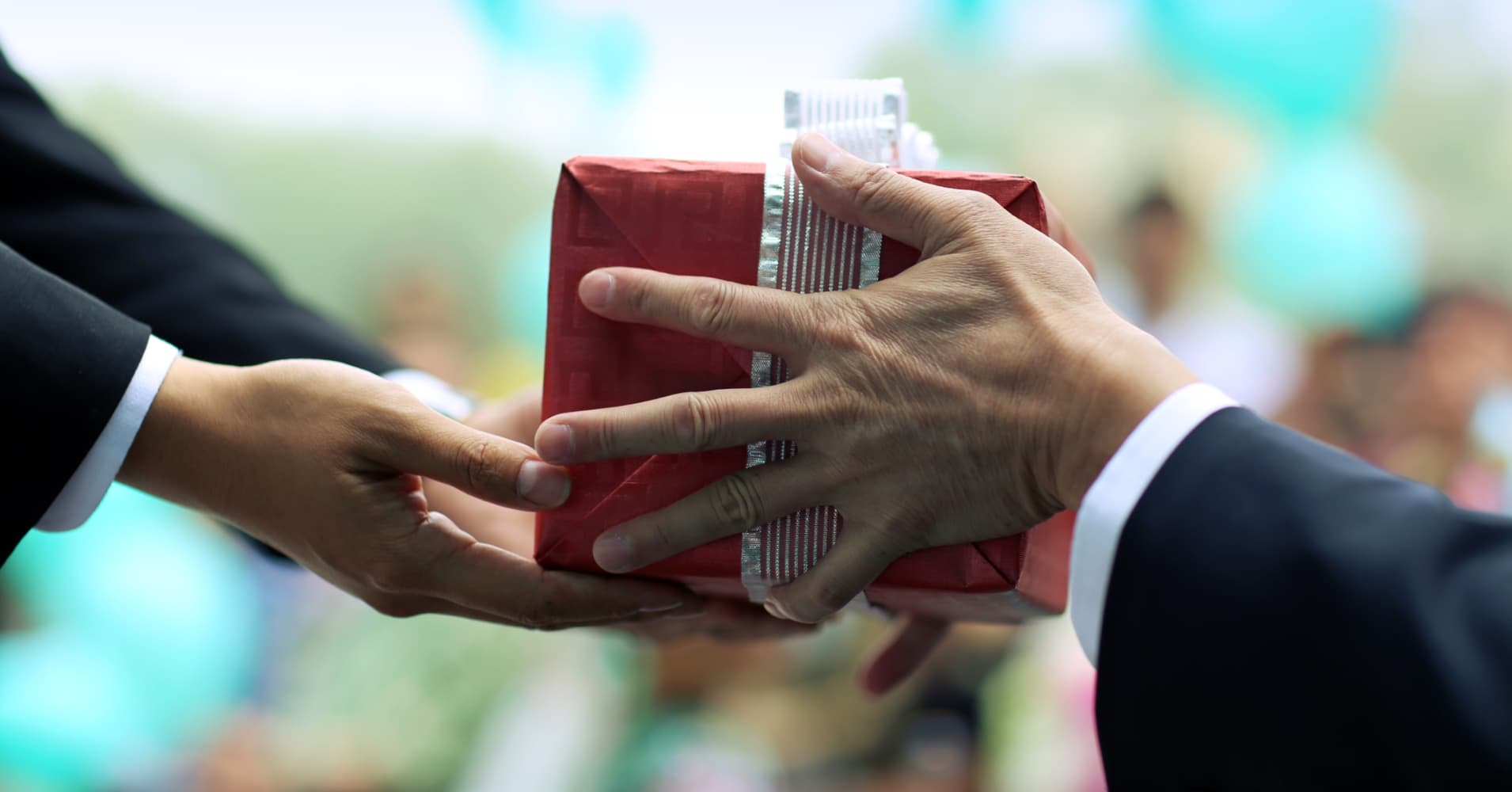 gift giving in america Gift-giving customs vary from culture to culture what may be considered culturally savvy in one culture often becomes a cultural faux pas in another culture.