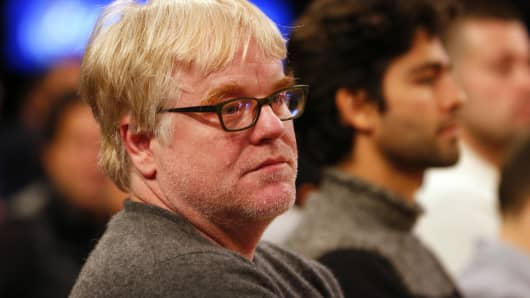 Philip Seymour Hoffman looks on as the Oklahoma City Thunder play the New York Knicks during an NBA basketball game at Madison Square Garden on December 25, 2013 in New York City.