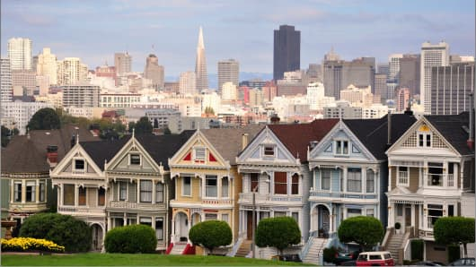 Victorian houses with San Francisco skyline.
